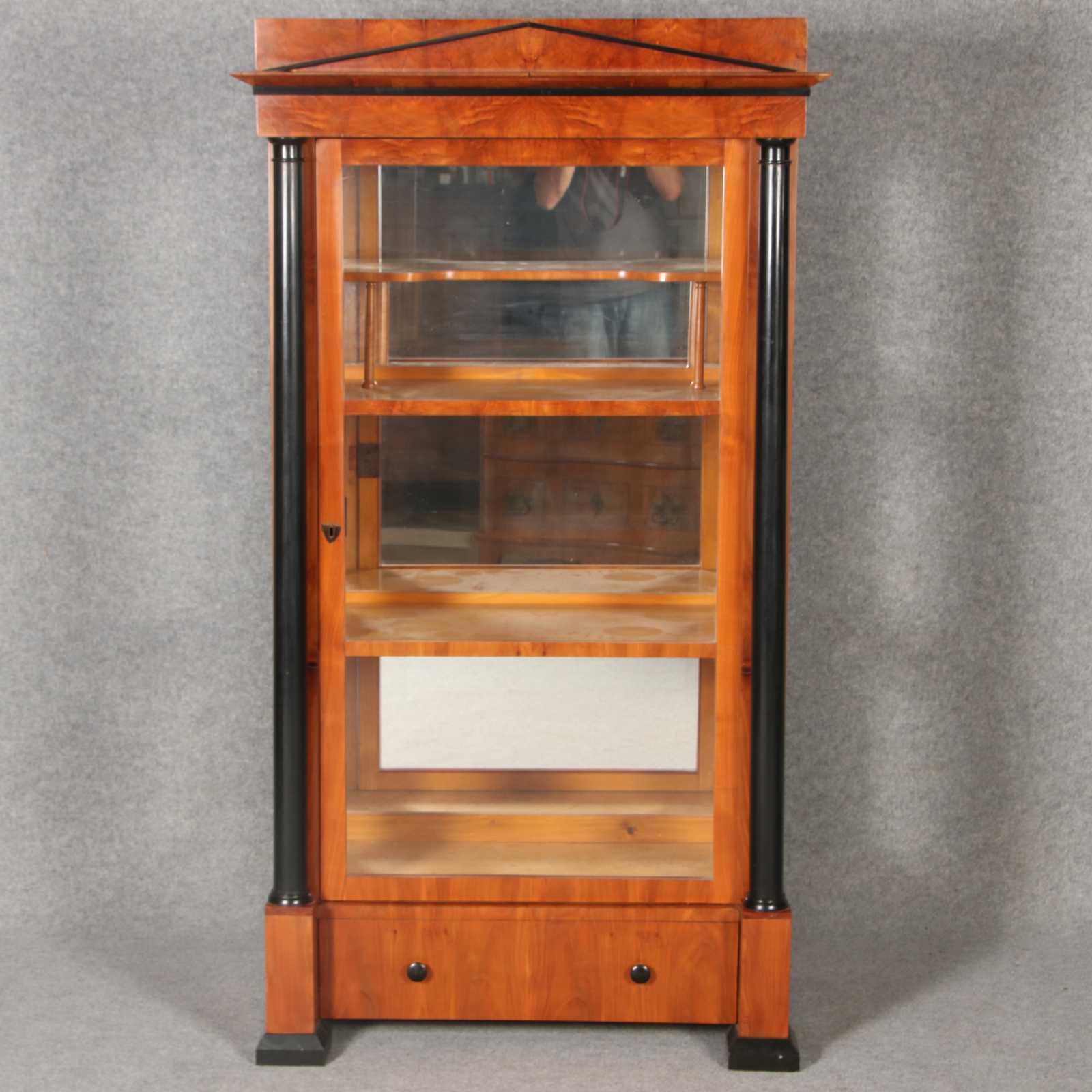 Kleine schlanke biedermeiervitrine mit schwarze s ulen for Kirschbaum vitrine